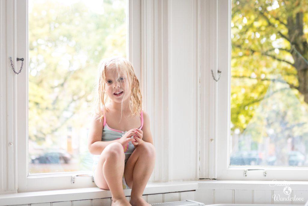 Anna in raamkozijn